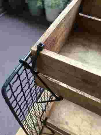 はじめにラッカースプレーで焼き網を2枚とも塗装し、木箱にはブライワックスを塗っておきます。乾いたら画像のように焼き網の足の部分に、結束バンドで箱を固定します。お好みで転写シールを貼ったら完成です!簡単なのにとってもお洒落♪