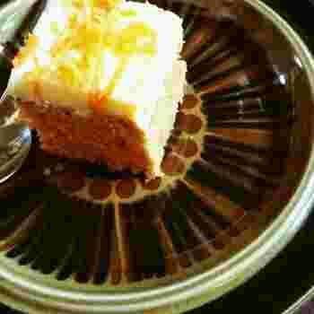 すりおろしたニンジンをトッピングにも生地にも使ったケーキですが、あまりニンジンの味はしないのでニンジン嫌いの方でも美味しくいただけるはず。クリームチーズのフロスティング(別名アイシング)が滑らかな口あたりでケーキとよく合い、コーヒーが進みます。