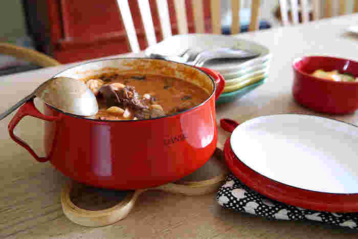 カラフルで可愛らしい両手鍋は、煮込みを作ったらそのまま食卓へ出しても絵になりますね。