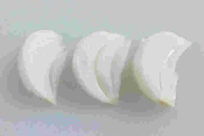 櫛に形が似ていることから「くし(形)切り」と呼ばれるようになった切り方。球状の素材を放射状に切っていきます。最初に縦半分に切り、それを2等分、3等分に切っていきます。切るときにヘタを残して切れば、調理をしても形が残ります。