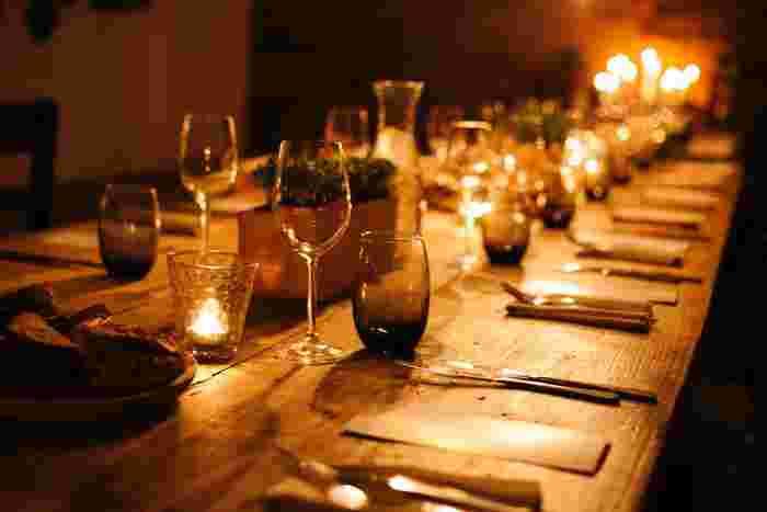 特別な夕飯を作る必要はありませんが、ちょっとした工夫で、特別なディナーにすることができるんです。キャンドルをたくさん用意してキャンドルディナーを楽しみませんか? BGMを流しながら会話を楽しめば、いつもと違うディナータイムに。