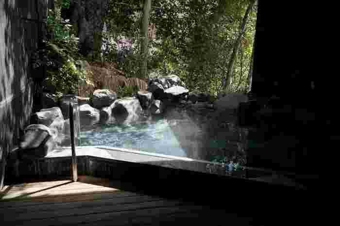 箱根は広く、温泉の泉質(効能)はエリア毎に異なり、実に様々です。 「箱根湯本」の温泉は、多くの人が患う肩こりや腰痛、筋肉痛や神経痛、冷え性等に効く、単純温泉やナトリウム塩化物泉が多く、無色透明、無味無臭で誰もが入りやすい泉質です。【日帰り温泉施設「箱根湯寮」の貸切露天風呂】
