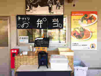 加工所では鎌倉野菜をふんだんに使った料理や弁当を販売していて、テラス席で食べることができます。