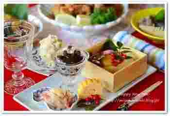 テーブルコーディネートもお正月仕様で。新年のごあいさつにいらした親戚やお客様のおもてなしには、テーブルコーディネイトしておせちを盛り付けると、一気に華やかに。