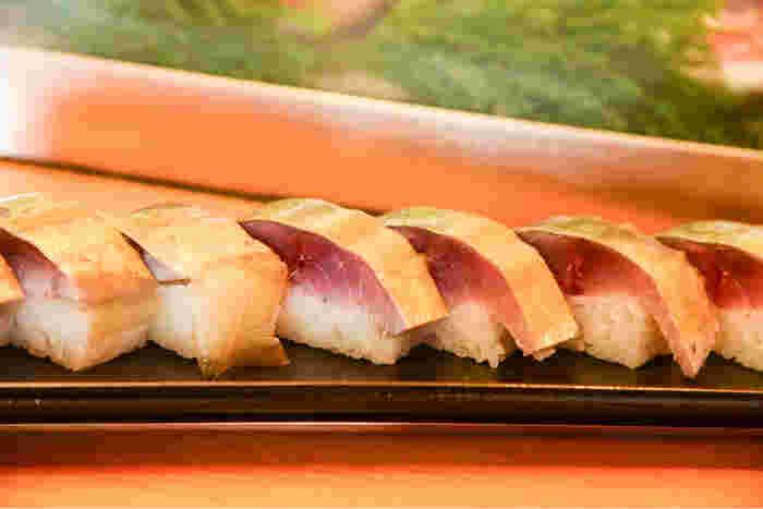 『穴子寿司』は、一年を通して頂けますが、秋冬の季節なら、上質で新鮮な鯖をつかった店主こだわりの『さばの押し寿司』もオススメです。肉厚の鯖は、締め加減がバッチリ。脂ののった鯖の濃厚な旨味を十分に堪能できる押し寿司です。  どちらも折り詰めにして持ち帰れますので、帰りの車中や道中の楽しみとして購入するのに立ち寄りたいお店です。