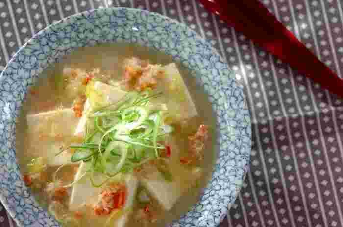 絹ごし豆腐とカニ缶で作るシンプルながら味わい深い「豆腐のカニあんかけ」。カニ缶が加わるだけでうま味たっぷりの見た目も豪華な仕上がりになり、食欲のない日や寒い朝などこれだけで満足できそう。