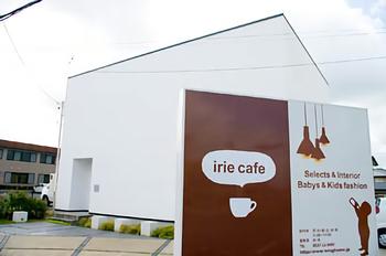真っ白いすっきりとした四角い建物が特徴的なカフェです。