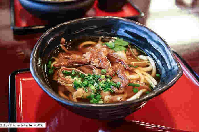 山田家名物の「肉うどん」は、食べごたえのある一杯です。たっぷりの玉ねぎと上質の国産牛を使ったちょっと甘めに煮込んだ味はやみつきになりそう。
