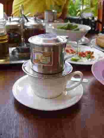ベトナムコーヒーのフィルターにはいくつかの種類があります。大きくわけると、アルミ製とステンレス製。アルミ製は安いものだと100円からあるようでとってもお手軽。ステンレス製は高いものだと1,000円ほど。