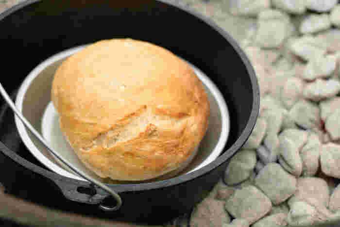 一味ちがうパン。焚き火で加熱したパンは独特の風味がうまれます。