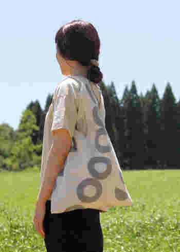 風呂敷感覚と言っても、上を結ぶとバッグの様になるので包み方に困ることはなく、使っていない時にはとってもコンパクトにまとまるメリットも。今回はかごバッグの中に入れるアイテムとしてご紹介してみたいと思いますが、エコバッグやサブバッグとしても活躍してくれるんです。