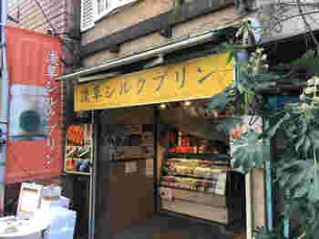 昭和レトロな趣をかんじさせるお店構えの「浅草シルクプリン」。雑誌やテレビでも紹介されている有名店で、最近では日本人だけではなく海外からの観光客のお客さんからも人気を集めています。