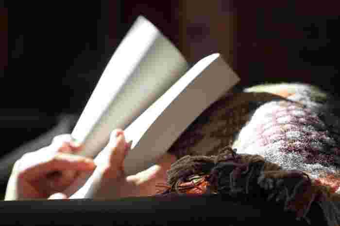 静寂の広がる部屋で、一文字一文字読み進めていく。本のページをめくるたびに、感情が重なったり、想像力がふくらんでいって。その何気ないひとつひとつが、いい意味での寄り道になり、ひらめきになり、のちに壁にあたった場合のヒントとなりうるかもしれません。