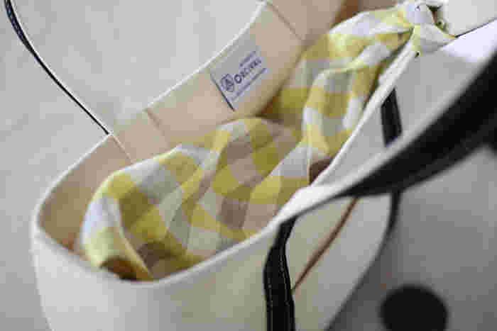 トートバッグなど、中身が見えるのが気になる時にも、布は使えます。布の角を持ち手に結んでさっと被せれば、持ち物をしっかりと隠すことができますよ。ちゃんとお洒落に見えるのは、嬉しいポイントですね♪