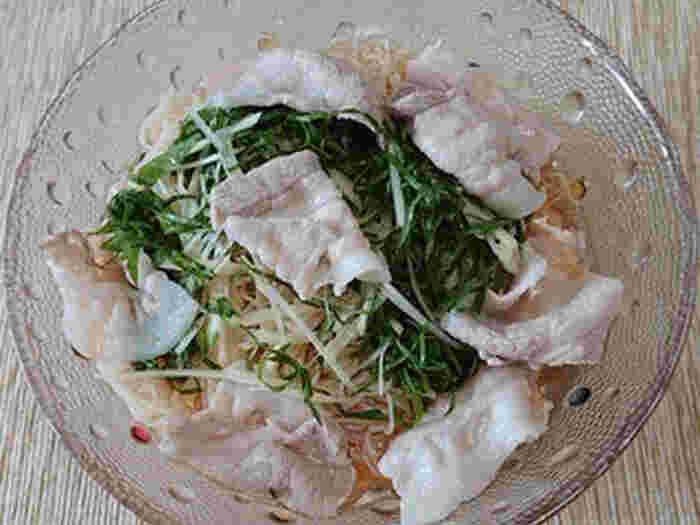 冷たい麺類に梅酢をプラスすると爽やかさが増しますよ。めんつゆに梅酢を合わせるだけなので本当に簡単です。豚しゃぶ肉をゆがいて、野菜とともに上に乗せると、栄養バランスも整います。