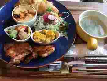 「チキンソテーランチ」は、メインのチキンソテーをはじめ、ミニグラタン、サラダ、パン、スープ、ドリンクが付いています。つい長居したくなるような居心地のいいカフェです。