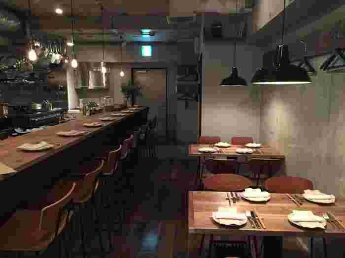オープンキッチンでカウンター中心の店内は、照明も程よく落とされ雰囲気も抜群。