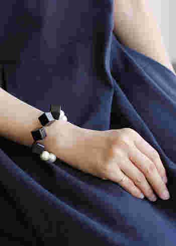 存在感のあるパールブレスレットは、着こなしをインパクティブに引き立ててくれる優秀アイテム。ゴロッと感のあるボリューミーなデザインが旬。