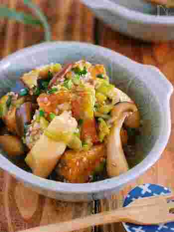 厚揚げやエリンギを焼いて、タレと和えるだけの簡単レシピ。パパッと作れるので、メイン料理の前菜やおつまみに出しておくのにぴったり。ゴマ油の香りに食欲そそられる、リピート間違いなしのおかずです。