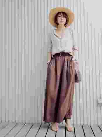 太めのベルトでウエストマークしてすこしマニッシュなスパイスを効かせています。ギャザーの寄ったスカートまでも潔い印象になりますね。
