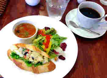 """サンドイッチ専門店「Green Door」。モーニングは、サンドイッチとスープと飲み物のセット。自家製パンを使った4種類から選べます。画像は""""ニソワーズ""""。ジャガイモ・ツナ・ゆで卵・オリーブが入ったスペシャルな逸品。もちろん、トーストorソフトフランスパン+サラダ+飲み物のシンプルなモーニングもあります。"""
