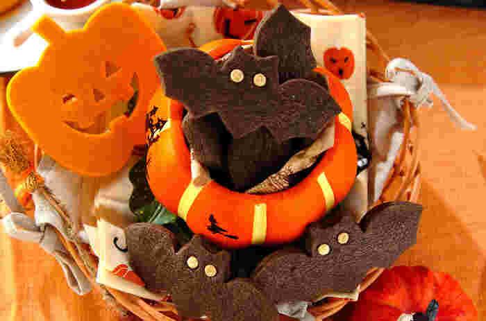 こちらはココアパウダーとブラックココアパウダーをあわせて使った、真っ黒なコウモリのクッキーです。ちょっと怖いけどかわいい光る目は白のチョコチップで。