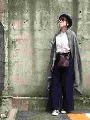 大判ストールは、肩から羽織ってコートのように使うこともできます。シャツやベレー帽、メガネと合わせてマニッシュな雰囲気に。