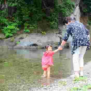 川原はこのような浅瀬が多く、小さなお子さんも安心して川遊びができますよ。