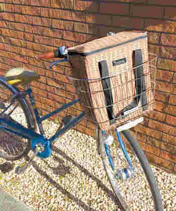 約幅30×高さ32×マチ16.5 cmサイズのトートバッグは、ママチャリの前カゴに入れてもぴったりのサイズで、近所のスーパーマーケットへの買い物に最適。表地はポリエステルですが、生地に厚みがあるのでとても丈夫で、汚れも落としやすいので、自転車のカゴに入れたり、お庭で使用したりしても簡単にキレイにできます。