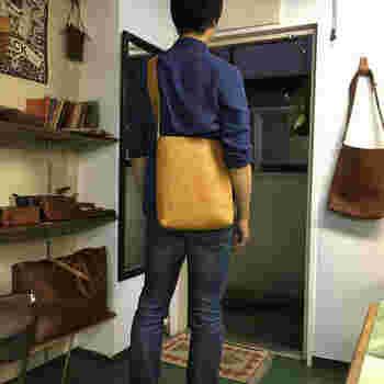 男性でも女性でも体にフィットし、どんなスタイルでも合わせやすいプレーンなショルダーバッグ。 金具を一切使わず、切り取った革を縫い合わせたシンプルな作り。 まさに身軽にお出かけできる鞄です。