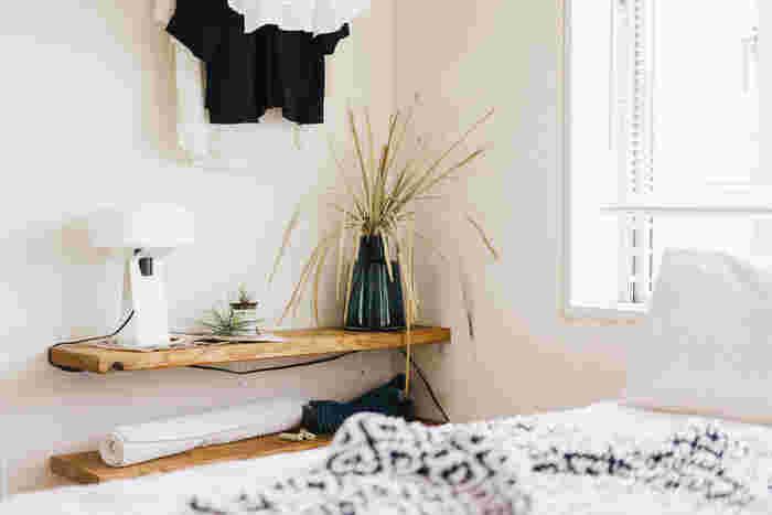 ホームセンターで購入できる棚受けブラケットと木材で、こんなにシンプルな壁面収納が叶います。間接照明や目覚まし時計、スマホや本をちょっとおいておくベッドサイドテーブル代わりに。取り付けの際は、下地センサーなどで壁の裏にある柱の場所をチェックしてくださいね。