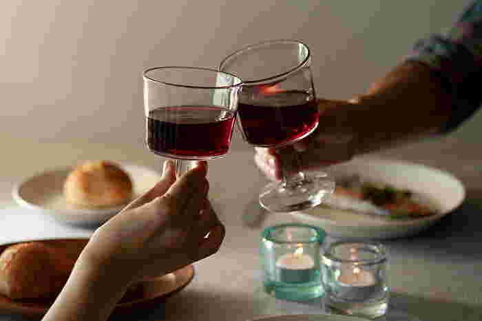 敷居が高く感じるワイン。でも低価格で美味しいテーブルワインもたくさんあります。おうちのみやパーティーで気軽に楽しむために、ちょっと素敵なワイングラスがあったらいいですよね。カジュアルだけど特別感がある・・・そんなワイングラスを集めてみました。