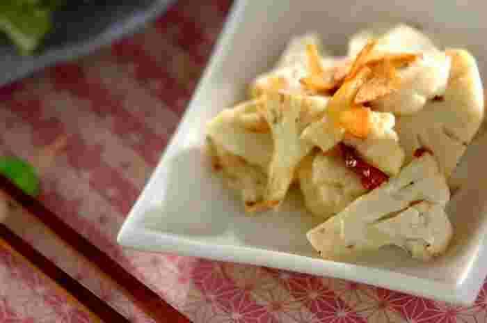 カリフラワーをニンニクの風味をきかせて仕上げたペペロンチーノ。シンプルで、カリフラワーが堂々主役のレシピです。おかずはもちろん、おつまみにもおすすめ。