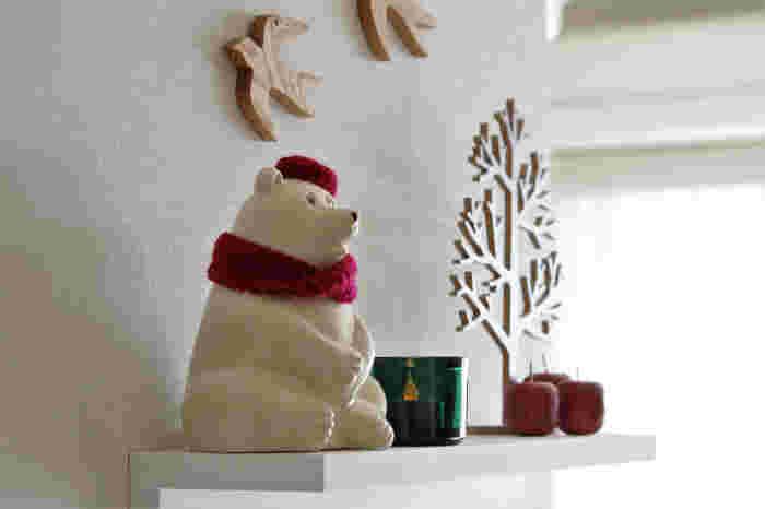 こちらのシンプルな木製クリスマスツリーは、壁に貼ることもできるのだそう。台座がしっかりとしているので、倒れにくい点も◎絵本から抜け出てきたかのような柔らかな印象のツリーです。