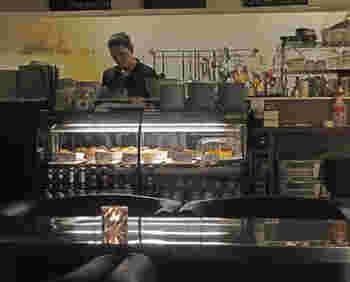 キッチンカウンター前にあるショーケースには、マフィン等のスイーツや犬用のおやつが並べられています。テイクアウトして公園で食べてもいいですね。