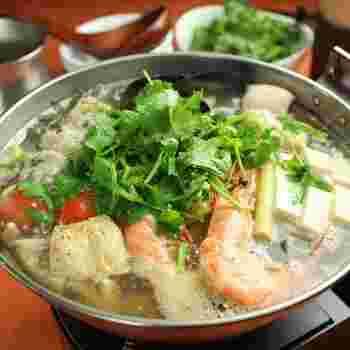 こちらがベトナム鍋。 筆者も現地でよく食べていましたが、とても現地スタイルに近いですね。  鍋にパクチーってどう?と感じる方もいらっしゃるかもしれませんが、お出汁とパクチーがお互いの味を引き立て合っていて、とても美味しいですよ!