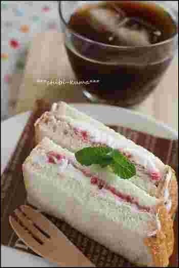 市販のアイスがなくても、生クリームとグラニュー糖があれば簡単アイスを手作りできます。泡立てた生クリームとお好みのジャムを食パンに塗り、ひんやり固まるまで冷凍するだけでOK。まとめて作っておくのもオススメです。