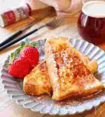 朝食といえば、ふわふわのフレンチトースト。厚切りのパンがふわふわのフレンチトーストに。仕上げにメープルシロップをかけて。