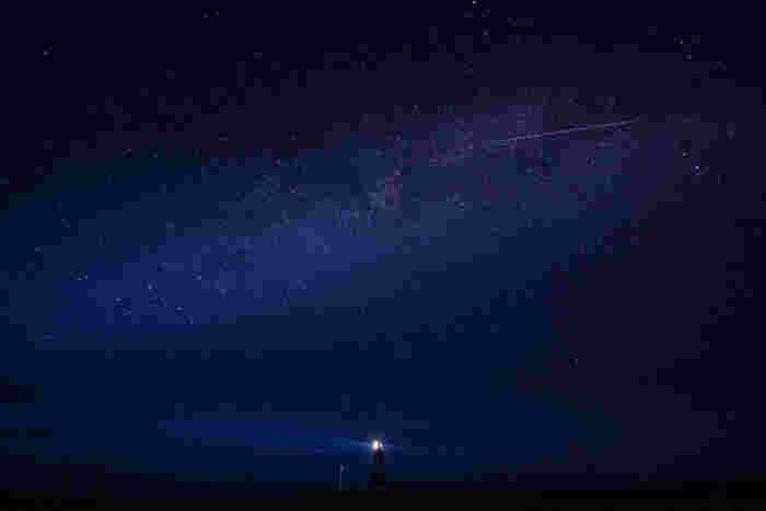 能取岬では夜になると満天の星空となります。藍色のベルベットに宝石を散りばめたような夜空と、灯台が放つ一筋の光が調和し、幻想的な雰囲気を醸し出しています。