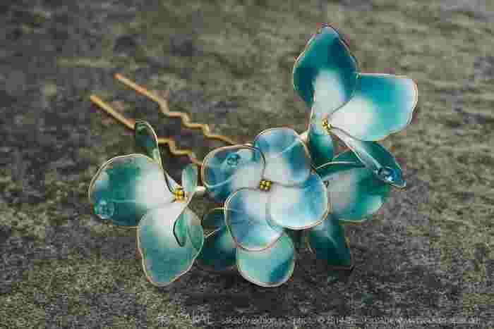 こちらは「甕覗(かめのぞき)」。藍染めで一番浅く染めた鮮やかな水色の名前です。雨の滴を含んだ浅い藍の花びらは、これからやってくる夏の空を思わせます。 Photo by Ryoukan Abe (www.ryoukan-abe.com)