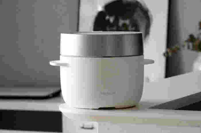 バルミューダ家電シリーズ第3弾として発売された炊飯器は、蒸気の力を利用してお米を炊き上げる、スチーム炊飯。 保温機能がありませんが、ご飯が冷めてもベタつかず、美味しいと評判です。