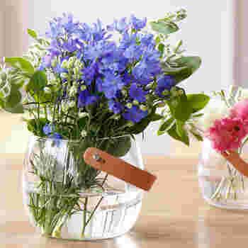 1825年にデンマークで誕生した伝統と歴史のあるガラスメーカー「HOLMEGAARD(ホルムガード)」のガラスポット。革のストラップが付いていておしゃれなので、花瓶や小物入れなどアイディア次第で様々な用途に使えます。