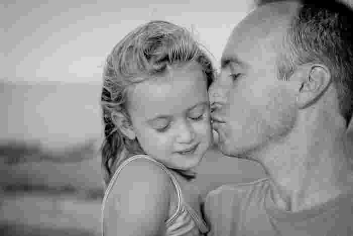 知的障害を持っている父(サム)の、愛娘への愛情に溢れた作品です。そんな娘(ルーシー)も、健気にサムを慕っていて、そんな二人の関係性に心が温まります。私は小学生の頃にこの映画を初めて観たのですが、あの年齢でも胸にじーんときて涙が止まらなかったのを覚えています。随所にビートルズの曲が使われているところも、大好きな映画です。