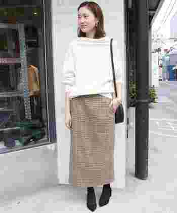 シャープなシルエットが人気のタイトスカートも、今シーズン注目されているトレンドアイテムのひとつです。こちらのコーディネートは、上品なニットを合わせた女性らしい着こなしが素敵ですね。きちんとした印象のグレンチェック柄なら、オン・オフ幅広いシーンで活躍してくれそうです。