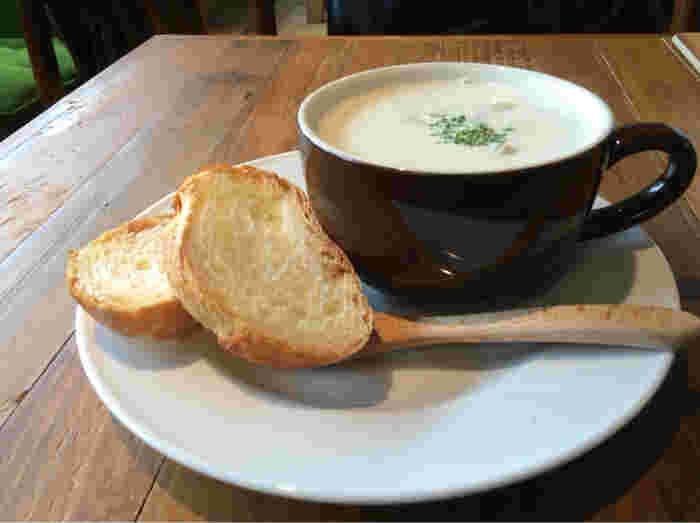 開店は8時から。カフェラテやアメリカンなどのコーヒー系もいいですが、具だくさんのクラムチャウダーをトーストと一緒にいただくのもおすすめです◎