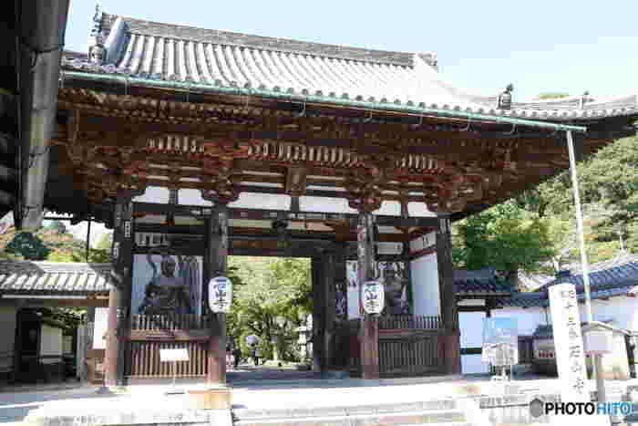 聖武天皇の勅願によって747年に創建された石山寺は、真言宗の寺院です。花の名所として名高い石山寺境内では、梅の他にも桜、ツツジ、牡丹、紅葉など、四季折々の彩りを楽しむことができます。