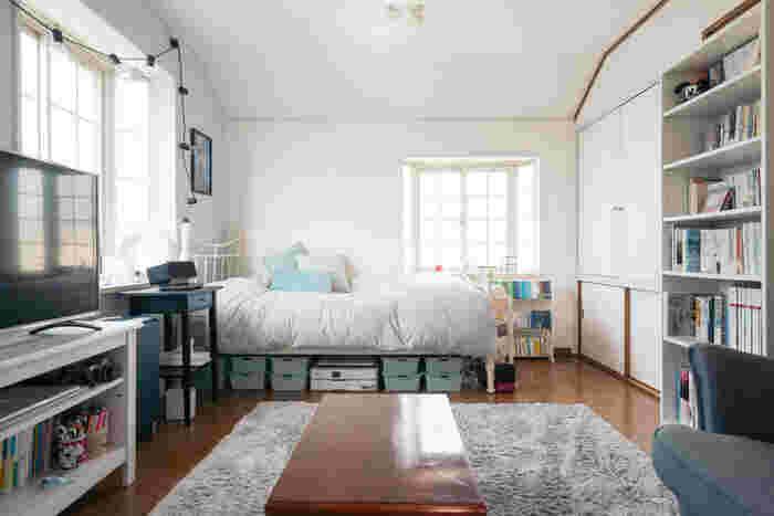 シンプルなお部屋も、好きな色を取り入れて自分らしく。こちらは水色を差し色に使ったお部屋。ベッド下の収納ケースやクッションカバー、引き出し、壁や絵など、あちこちに水色のアイテムが使われています。ピンク、イエローなど違う色なら、また違った雰囲気になりそう…。色は自分らしさを表現する大事な要素です。