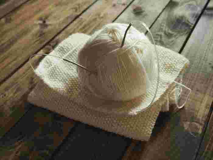 肌寒い季節には、毛糸を使ったアイテムをインテリアにも取り入れたいですね。でも編むのはちょっと時間がかかるし難しそう…。そんな編み物ビギナーの方でも簡単にできる、毛糸を使ったガーランドや壁掛けをご紹介します。