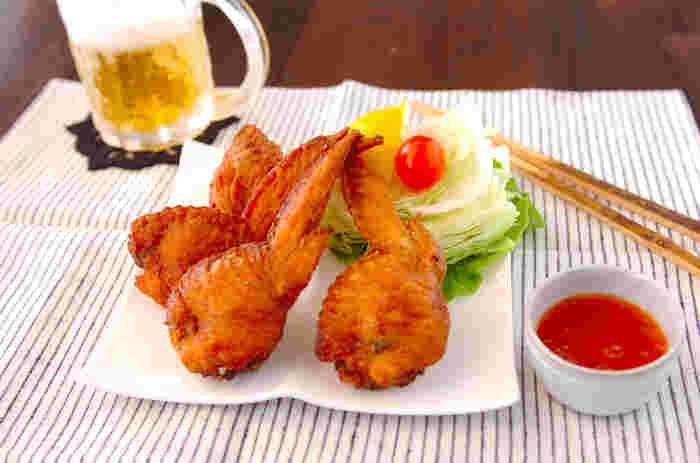 手羽餃子は鶏料理の居酒屋さんなどではお馴染みのメニューです。手羽先の骨を抜く作業は、コツを知れば意外と簡単。骨を抜いた部分に具を詰め込み、からっとから揚げにすれば出来上がりです。。手羽先だけで食べるのとは違ったジューシーさが病みつきになる一品です。
