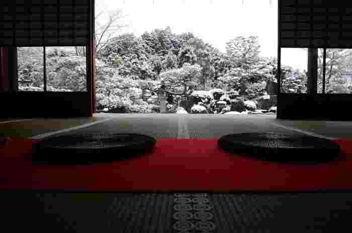 京都の洛北岩倉にある顕本法華宗の総本山「妙満寺」。俳句の祖であり松尾芭蕉の俳句の師、松永貞徳が造営したと言われる「雪の庭」が有名です。雪見障子から見えるお庭、開けた時に広がるお庭、それぞれが絵画のようで趣きが感じられる冬に一度は訪れてほしいおすすめのスポットです。